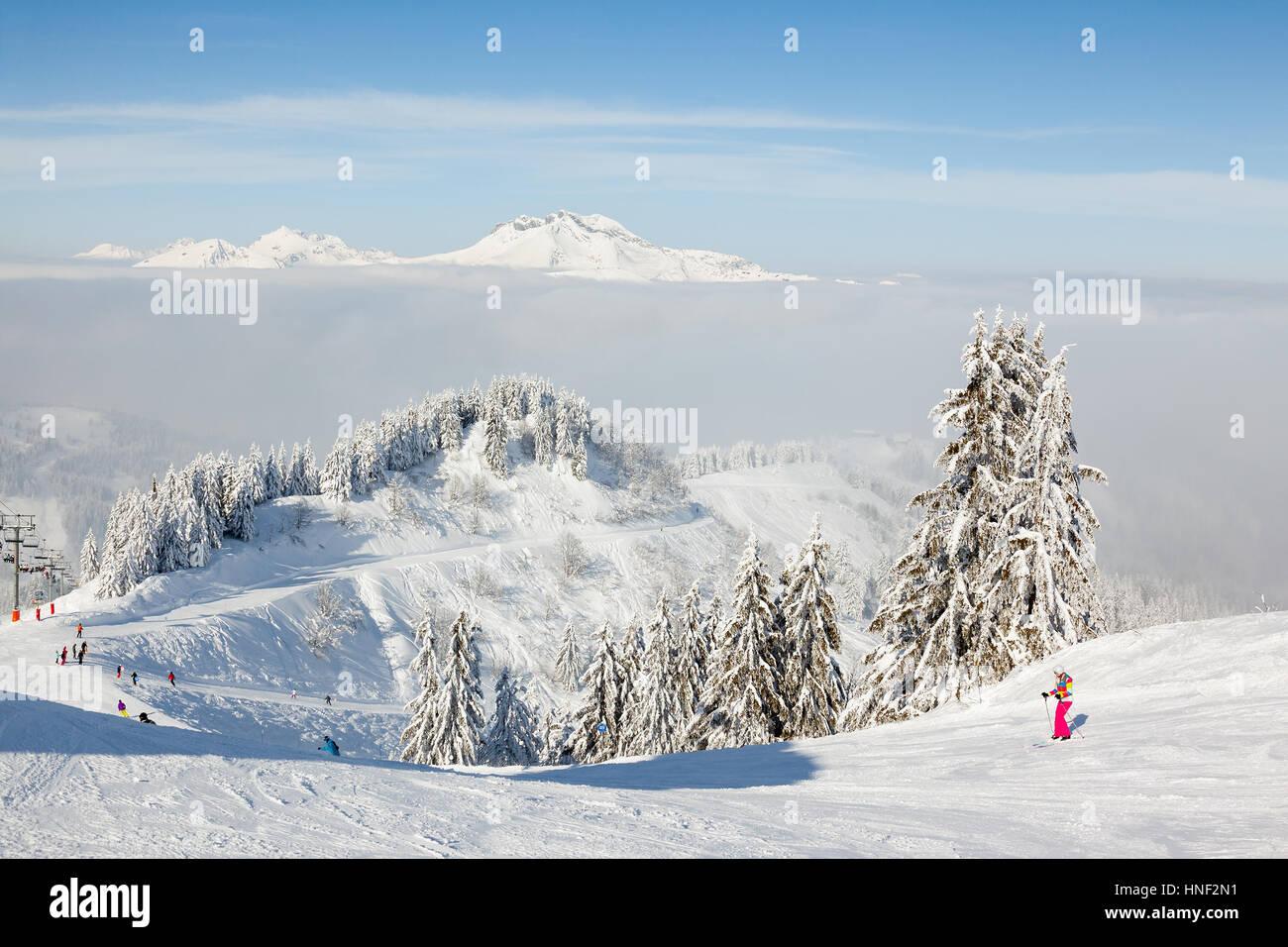 MORZINE, Francia - 06 febbraio 2015: gli sciatori e snow boarders su Le Ranfoilly picco di montagna a Les Gets ski Immagini Stock