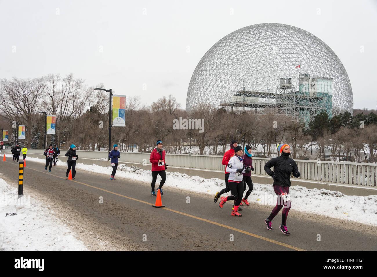MONTREAL, Canada, 12 febbraio 2017: i corridori durante ipotermico Mezza Maratona Credito: Marc Bruxelle/Alamy Live Immagini Stock