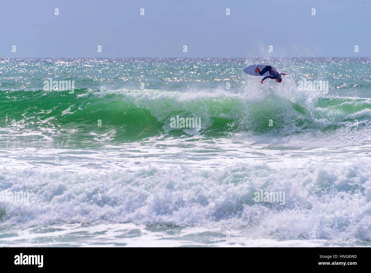 Surfer a cavallo di un enorme ondata durante il mondiale di surf league in Lacanau, Francia Immagini Stock