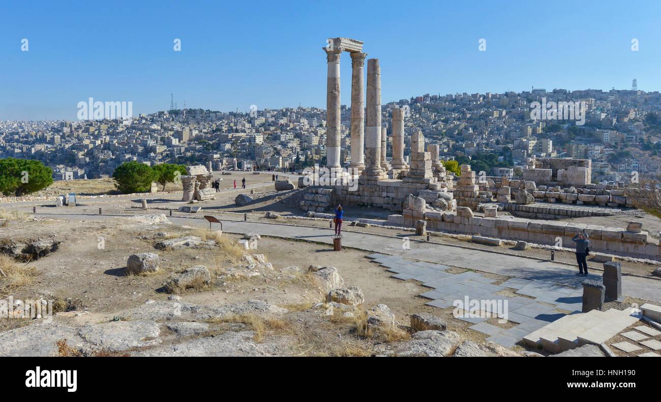 Amman, Giordania - 9 Dicembre 2016: le persone che visitano le antiche rovine di un tempio romano nella cittadella Immagini Stock
