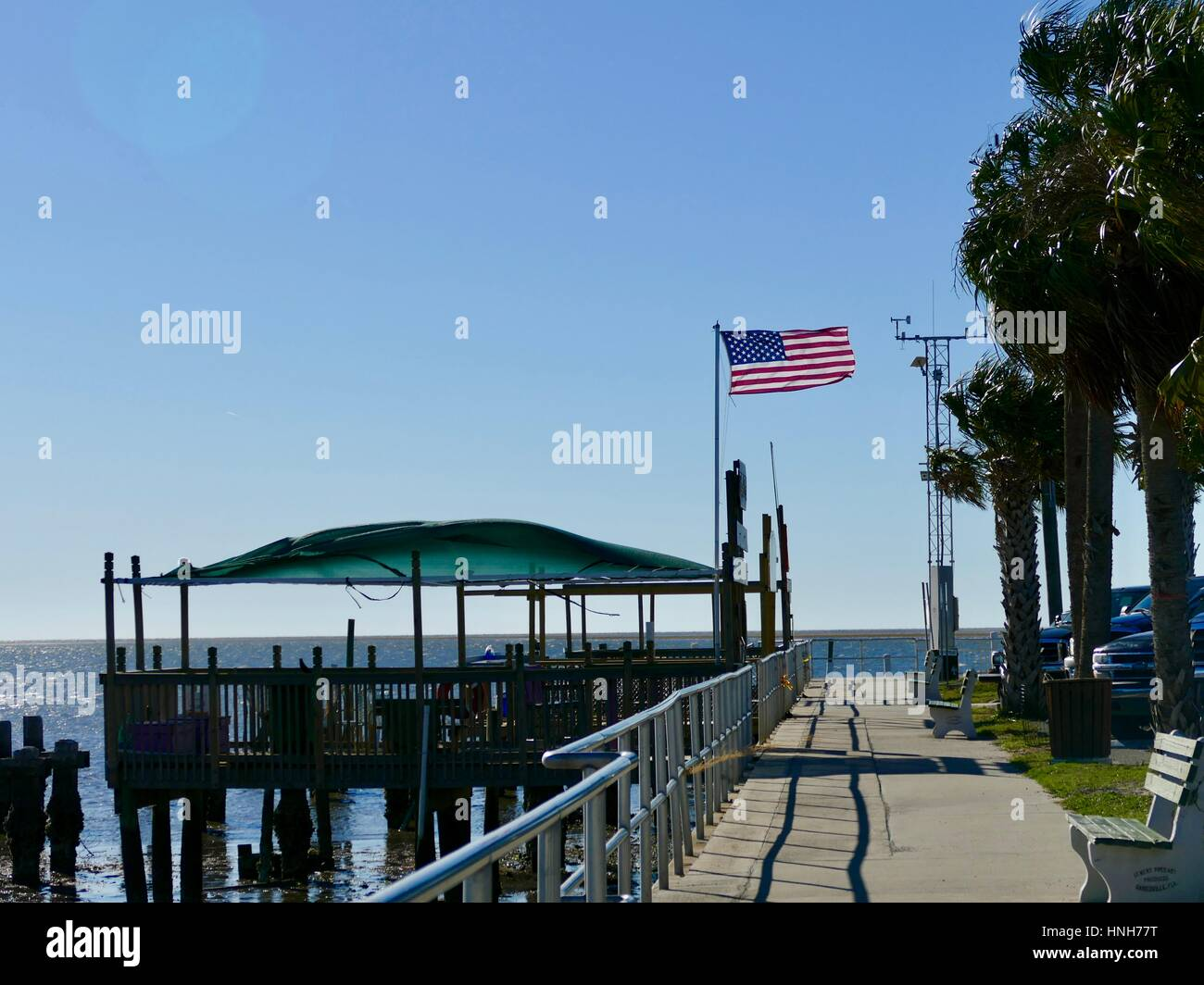 Bandiera americana sui bacini che soffia in una brezza leggera, Cedar Key, Florida, Stati Uniti d'America Foto Stock