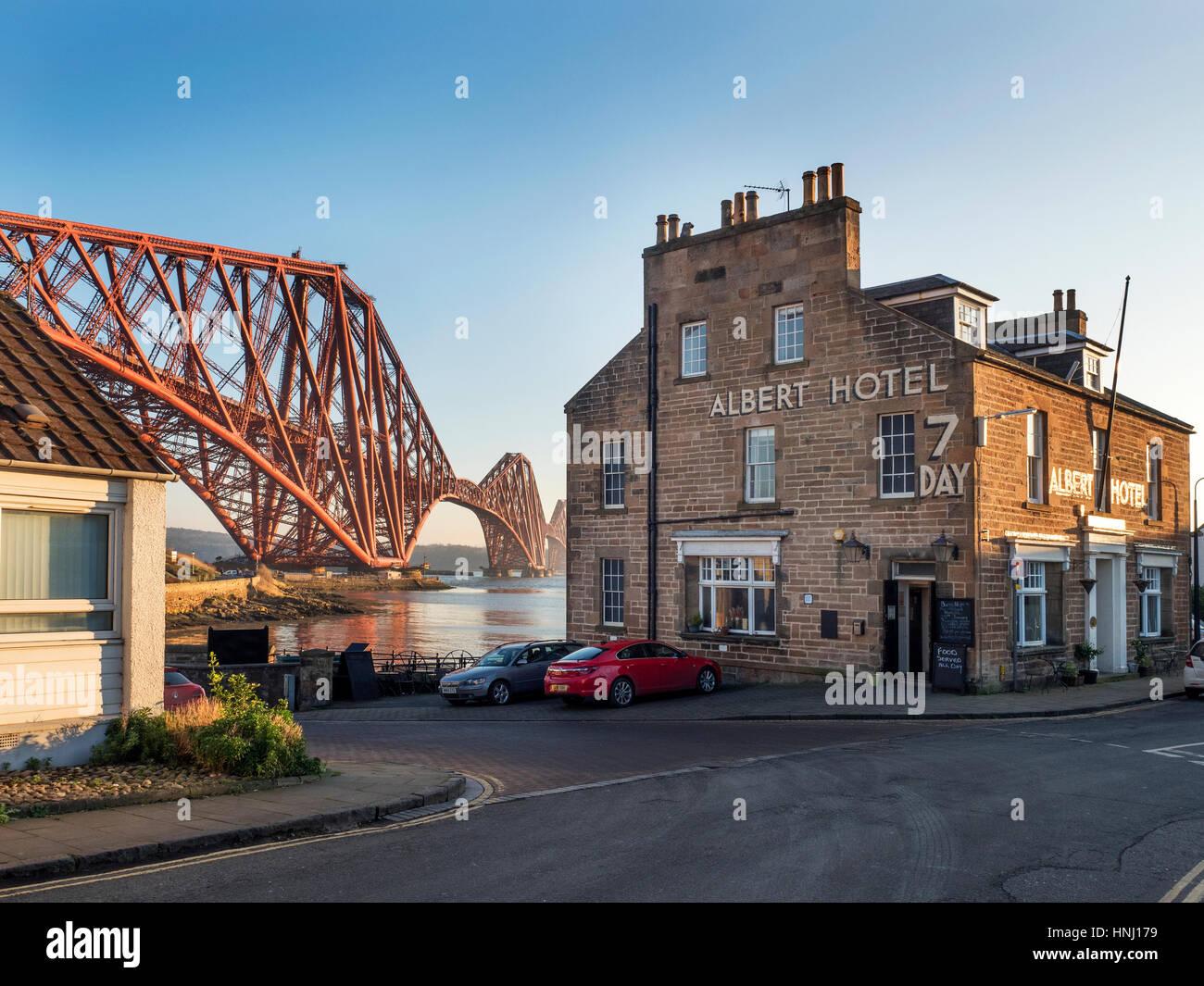 Forth Bridge e Albert Hotel a North Queensferry Fife Scozia Scotland Immagini Stock
