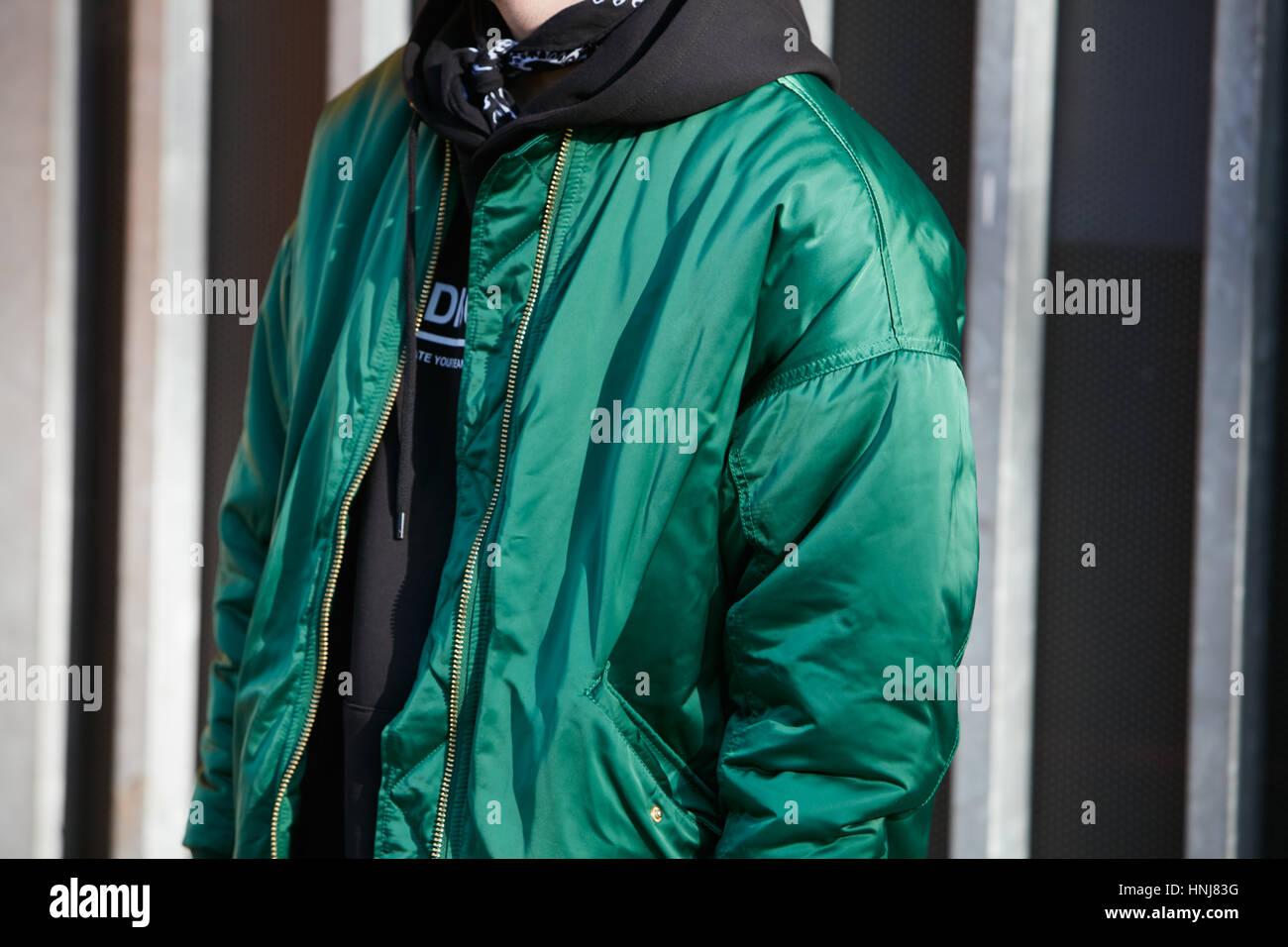 Uomo con bombardiere verde camicia prima di Giorgio Armani fashion show 0a024f2d698