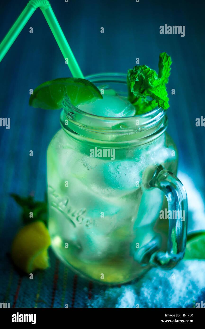Refreshing Citrus Iced tè verde con una paglia Immagini Stock