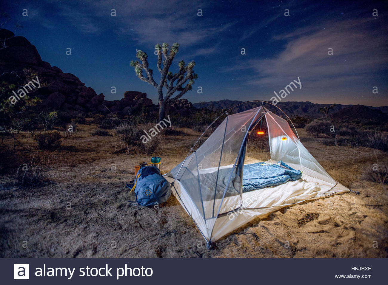 Un campeggio remoto accessibile solo da backpacking a Joshua Tree National Park. Immagini Stock