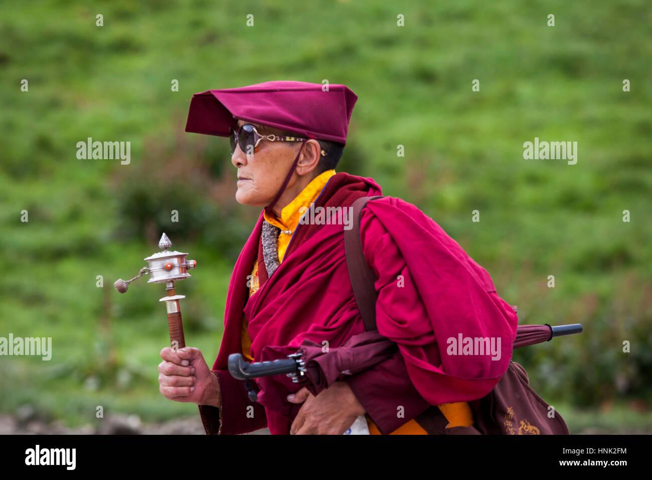 Le monache e monaci partecipare a rituali di preghiera a Tagong tibetano monastero buddista. Immagini Stock