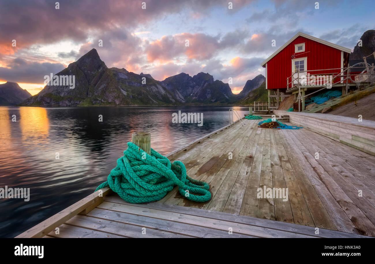 Capanna di pesca a Lille Toppoya, Lofoten/Norvegia durante il tramonto Immagini Stock