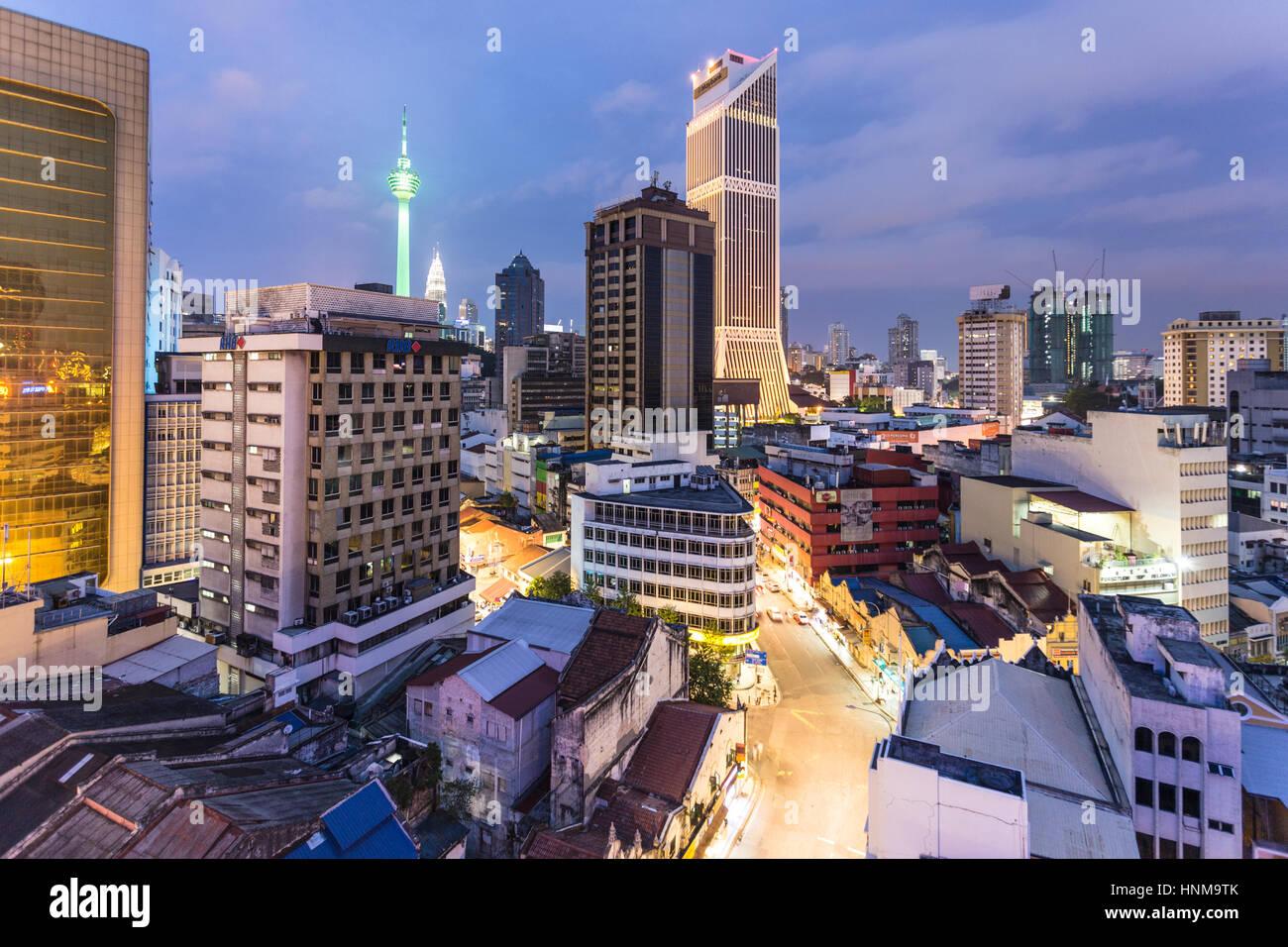 KUALA LUMPUR - Una veduta aerea della notte sul quartiere degli affari di Kuala Lumpur in Malesia la città Immagini Stock