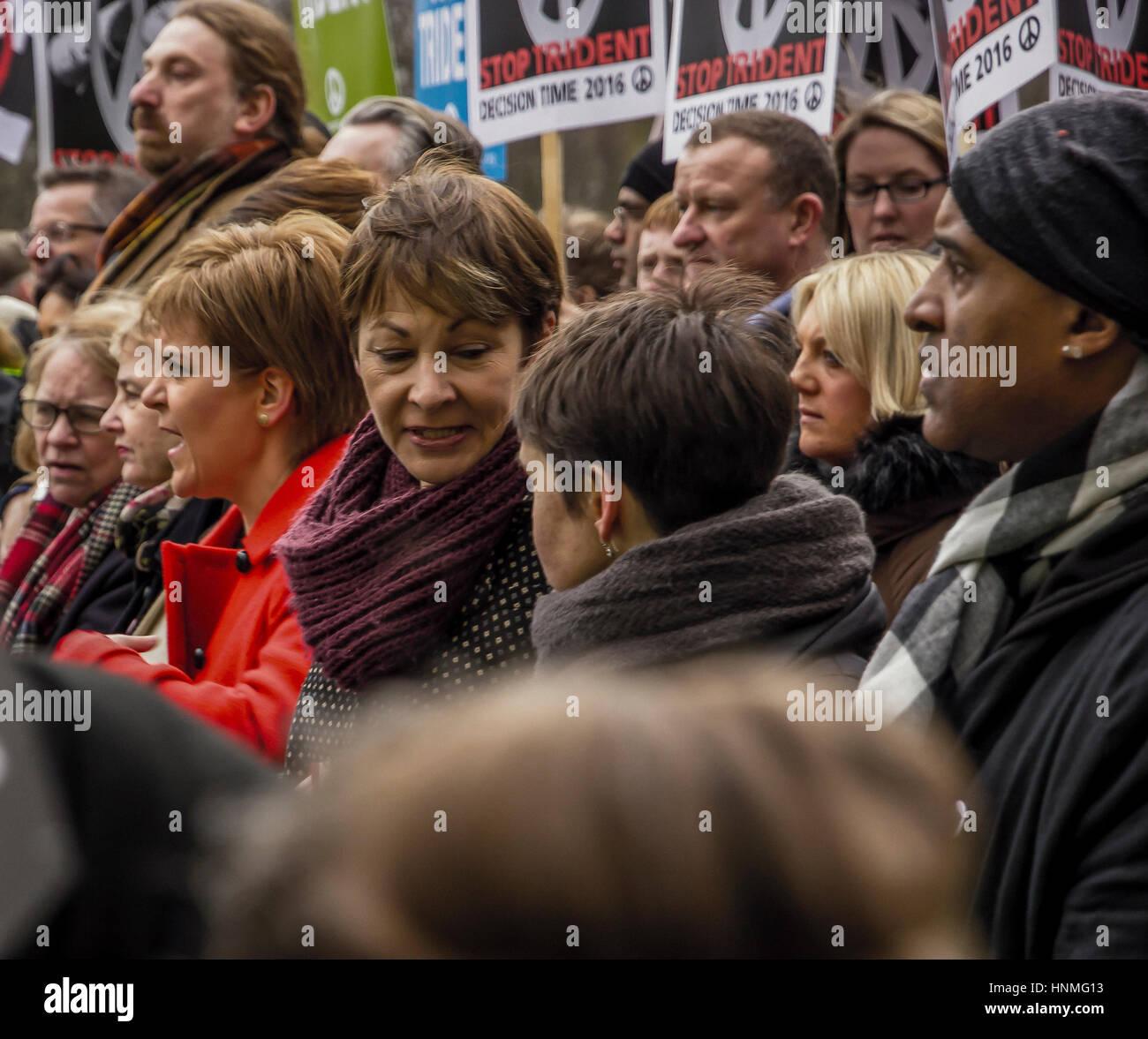 I leader politici e i manifestanti marzo a Londra in opposizione ai governi conservatori di missili Trident politica Immagini Stock