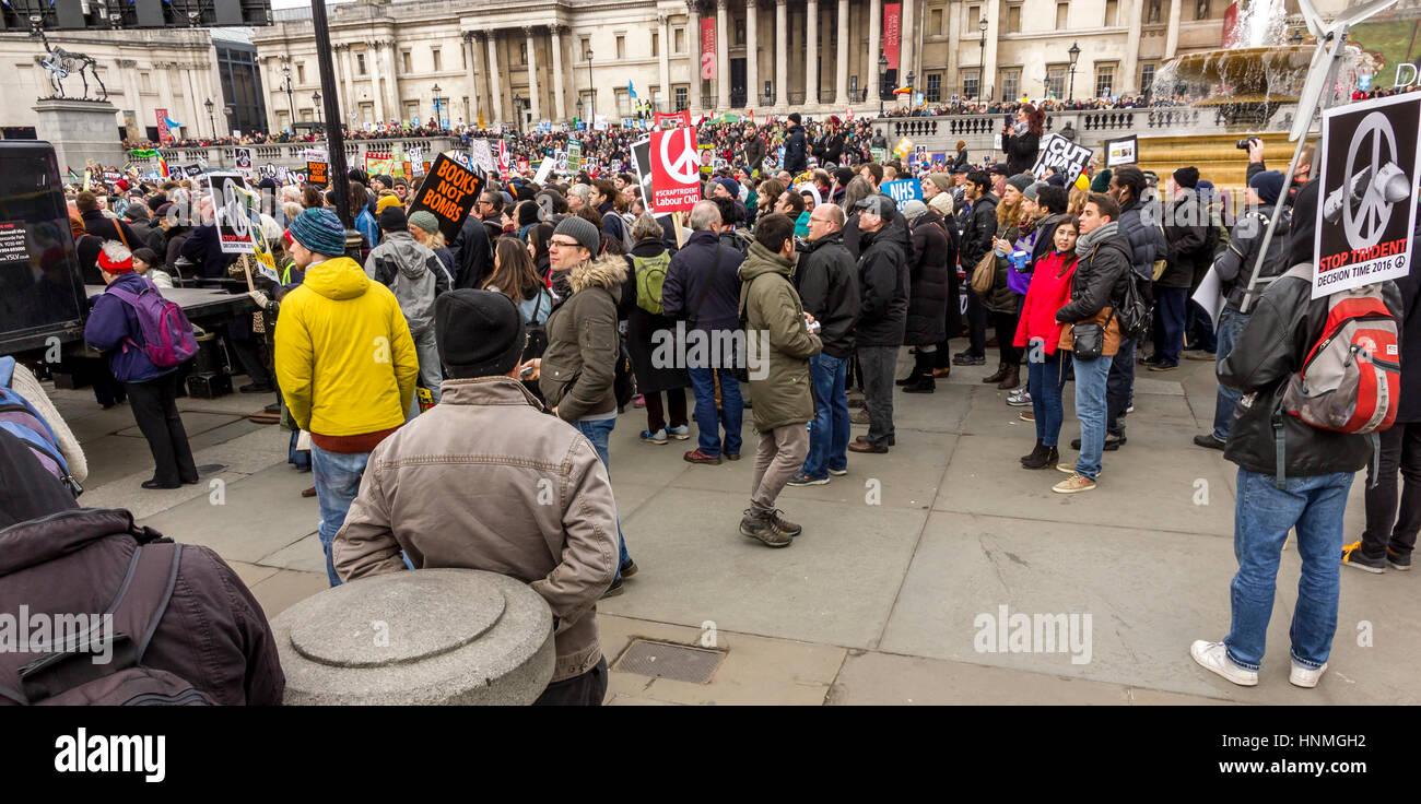 """Folle a Trafalgar Square a Londra, ascolto di altoparlanti al cnd """"stop trident"""" rally. Immagini Stock"""