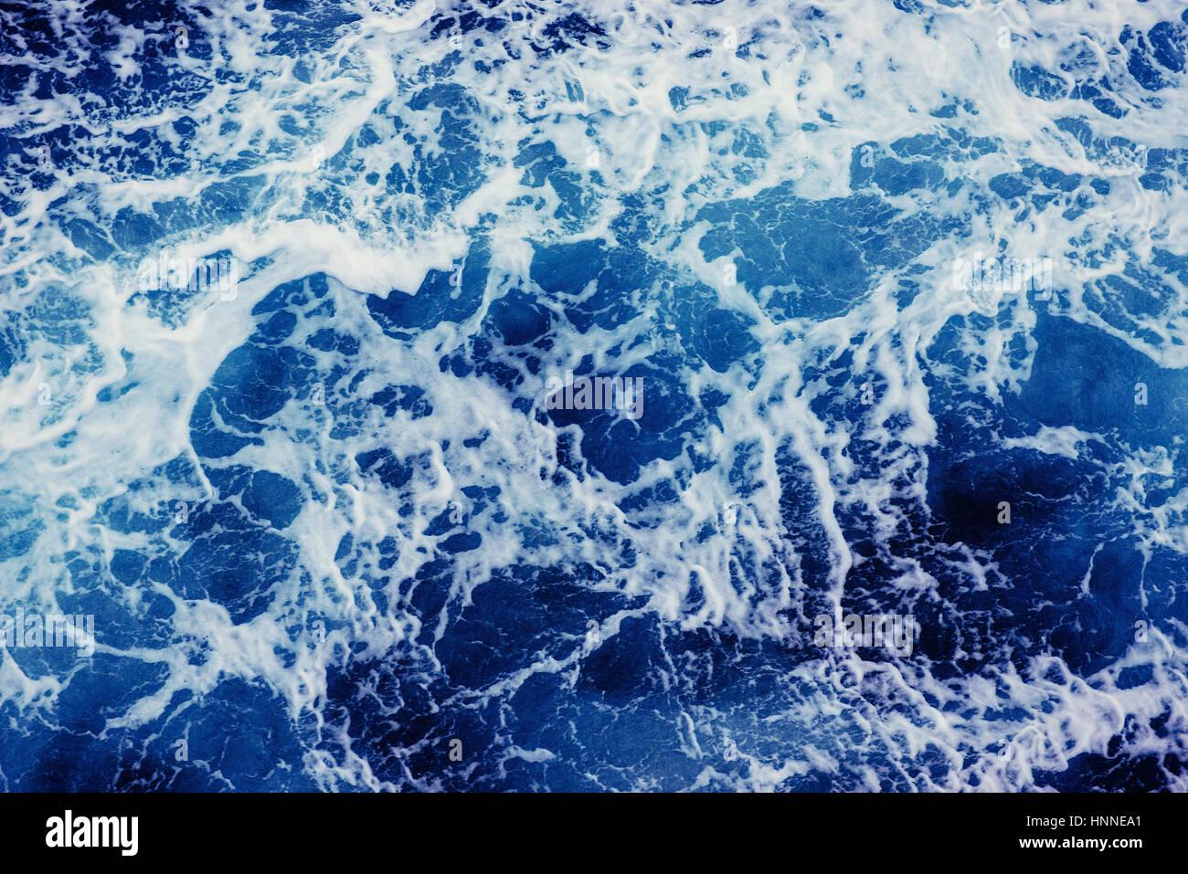 Lo sfondo è blu onde del mare. Immagini Stock