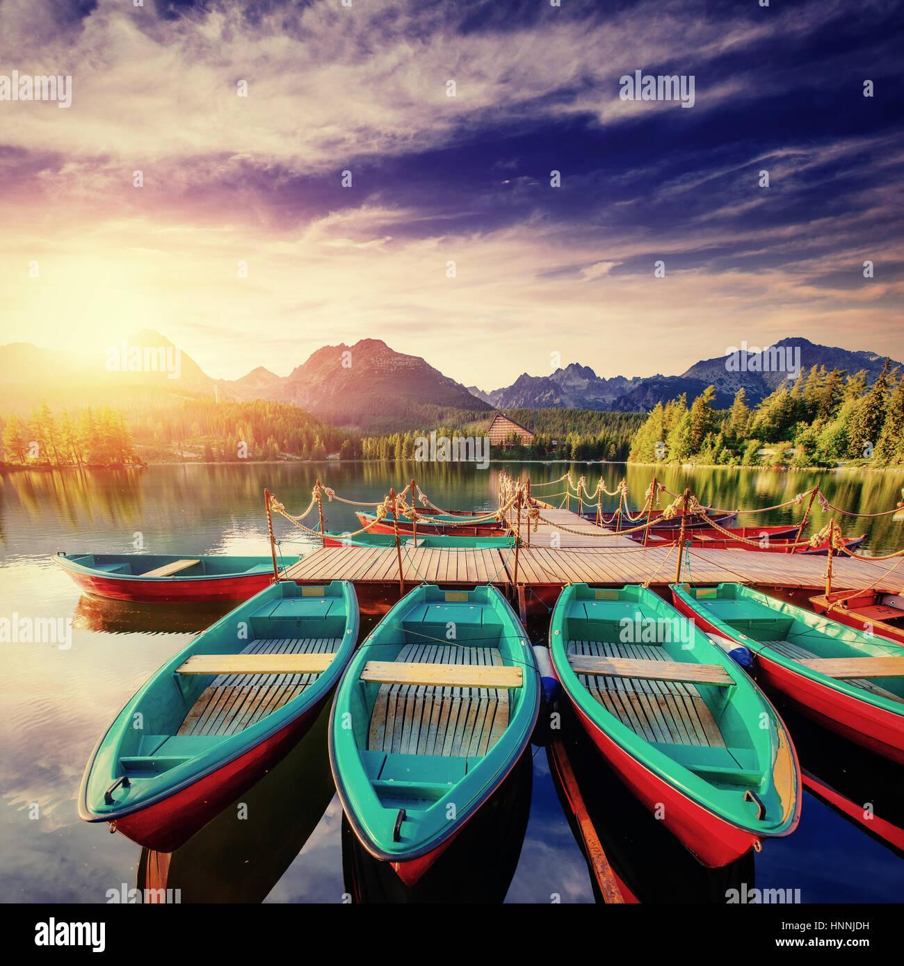 Barca sul dock circondato montagne. Fantastico Shtrbske Pleso Immagini Stock