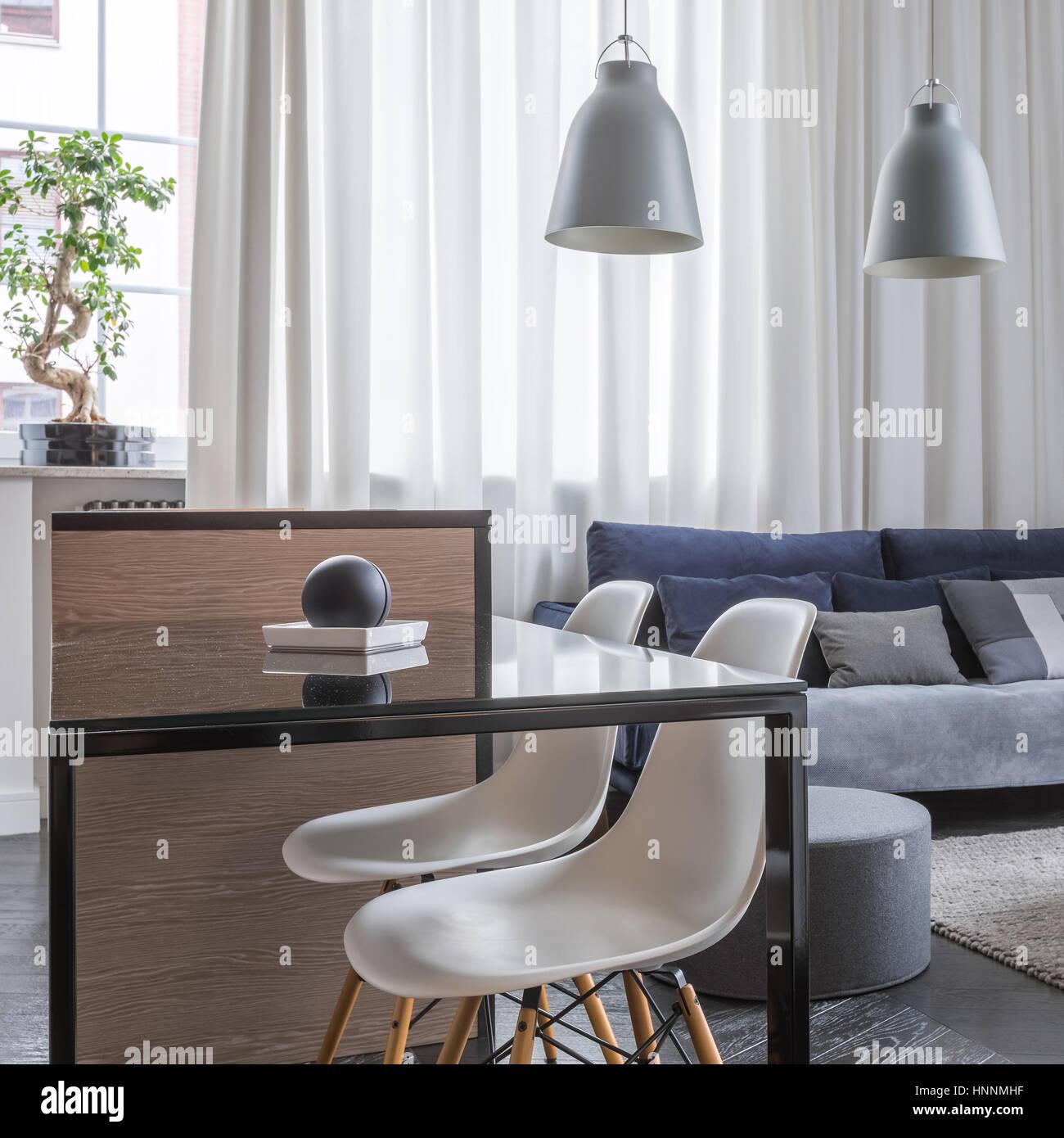 Soppalco con soggiorno aperto e cucina tavolo con sedie bianche Foto ...