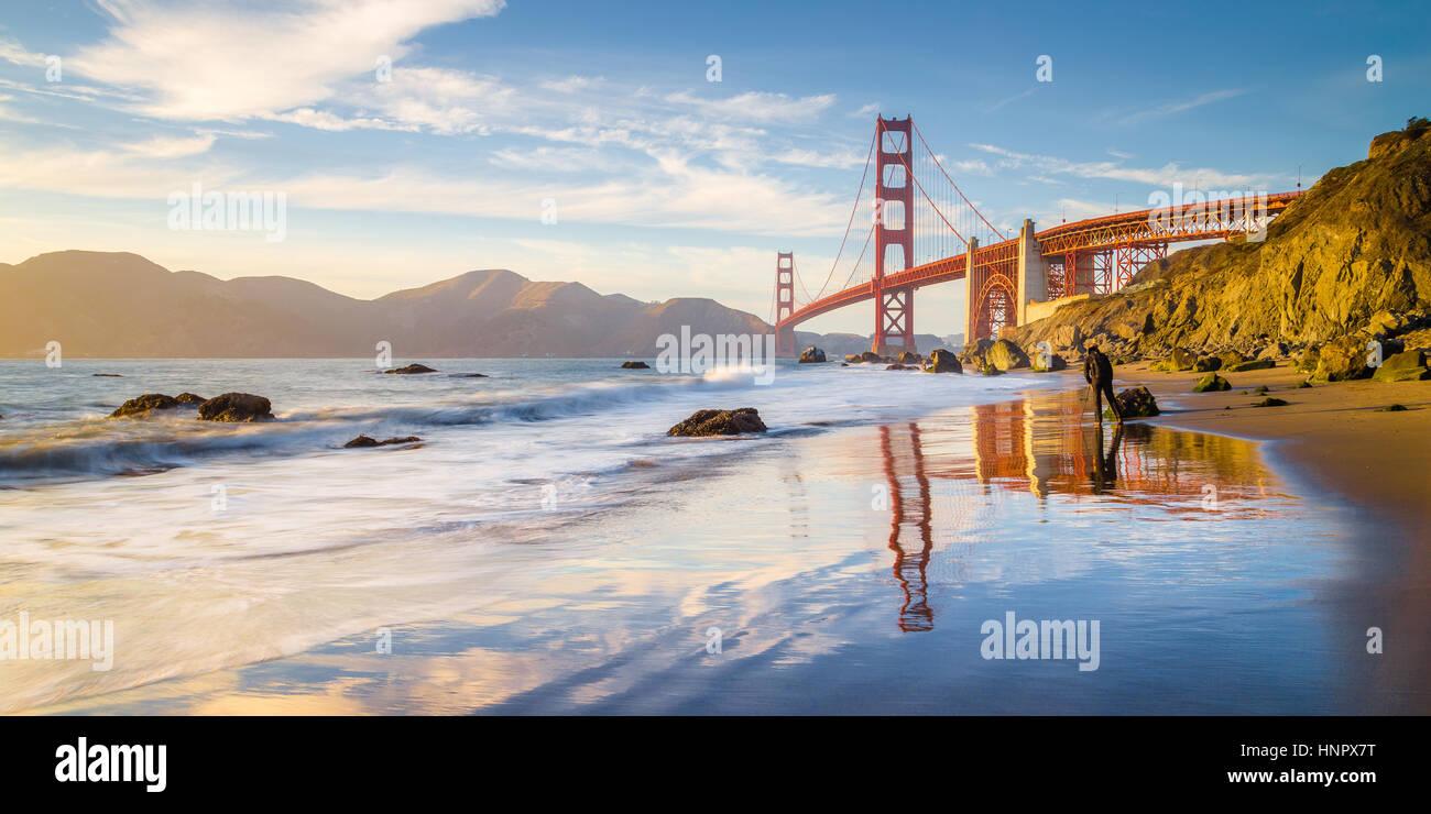 Classic vista panoramica del famoso Golden Gate Bridge visto da scenic Baker Beach in beautiful Golden luce della Immagini Stock