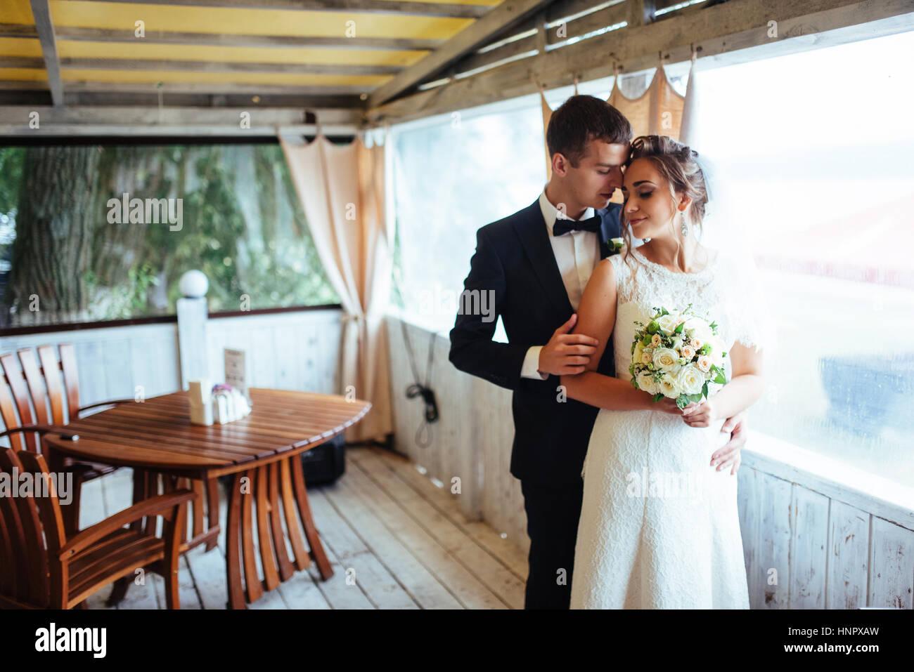 Sposa e lo sposo in cafe una piscina esterna Immagini Stock