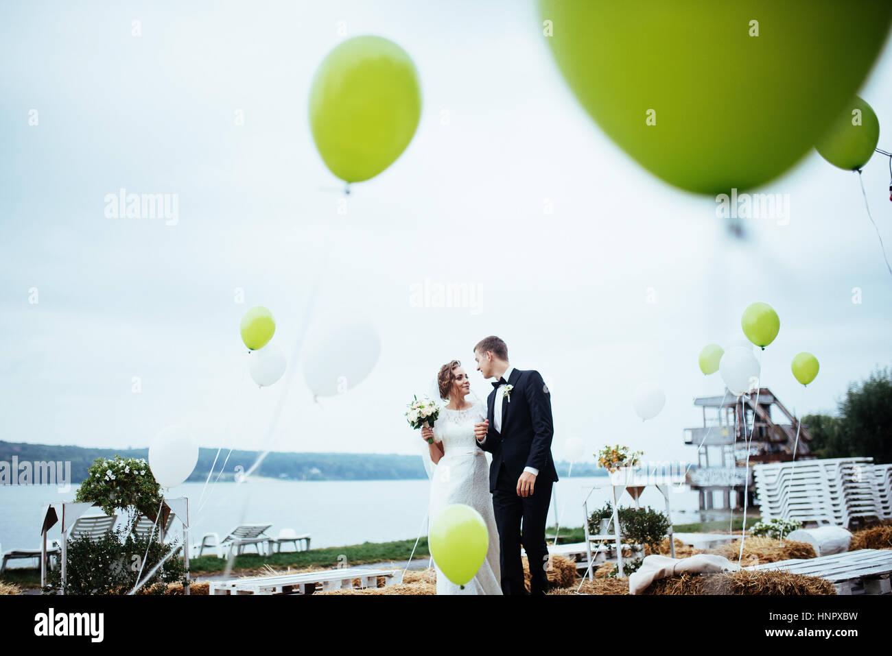 Bella giovani sposi kissing , biondo sposa con flowe Immagini Stock