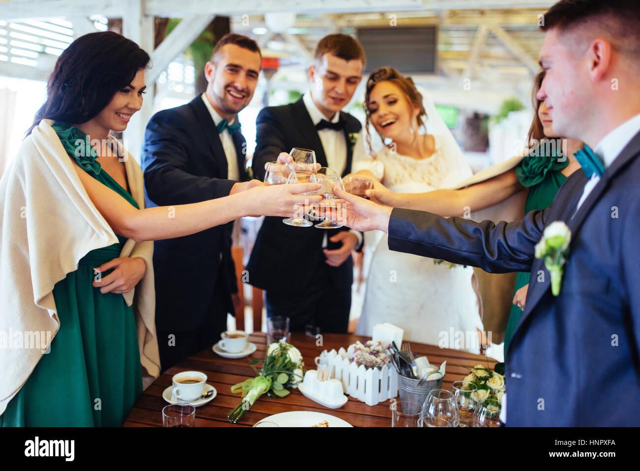 Spose il giorno del nostro matrimonio con gli amici in un bar Foto Stock