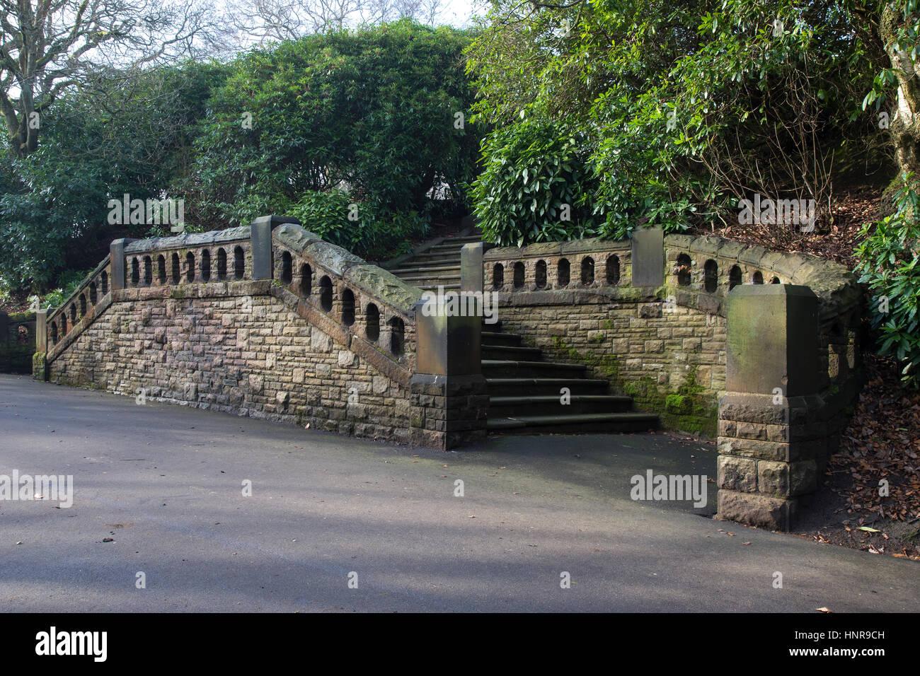 Elaborare di gradini di pietra nel parco Immagini Stock