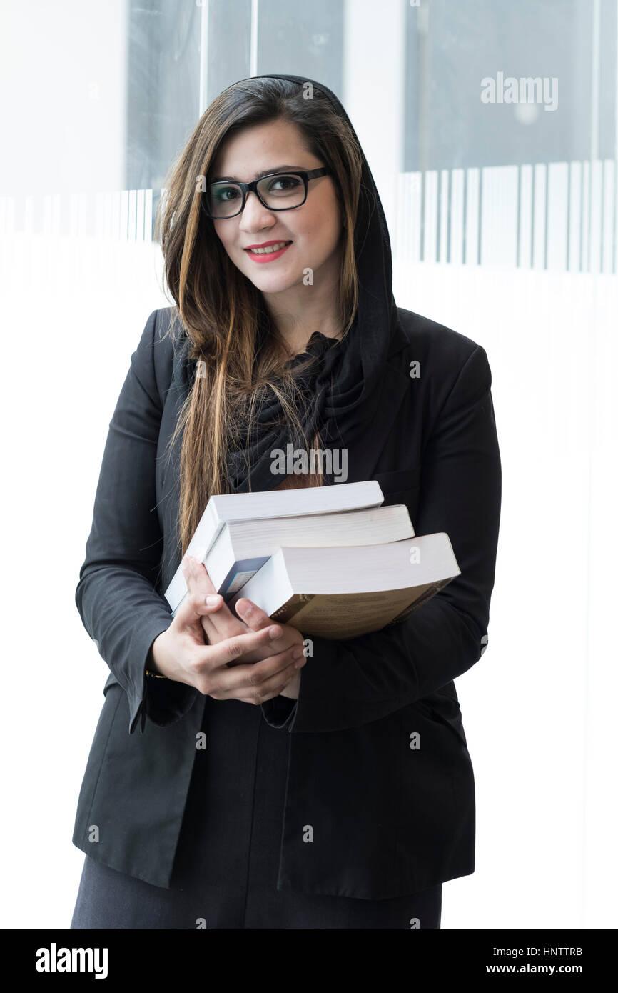 Studentessa con i libri di testo in una università di impostazione. Immagini Stock
