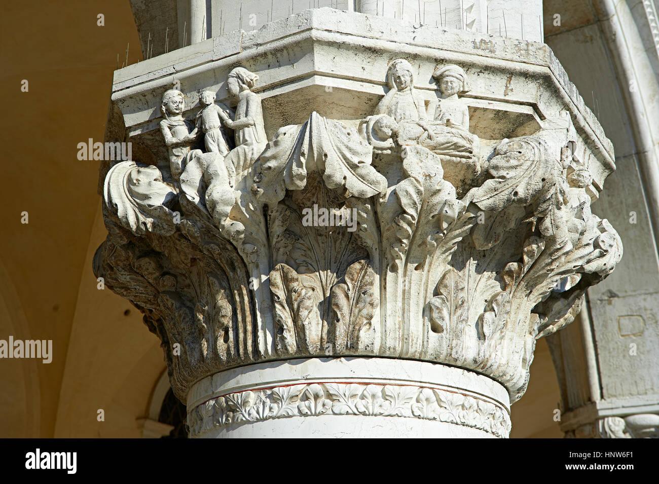 Il XIV secolo in stile gotico capitelli delle colonne del palazzo ducale su Piazza San Marco e il Palazzo Ducale, Immagini Stock
