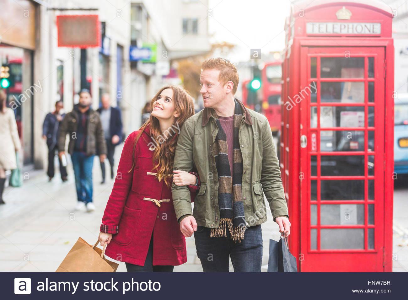 Giovane su Shopping Spree, London, Regno Unito Immagini Stock