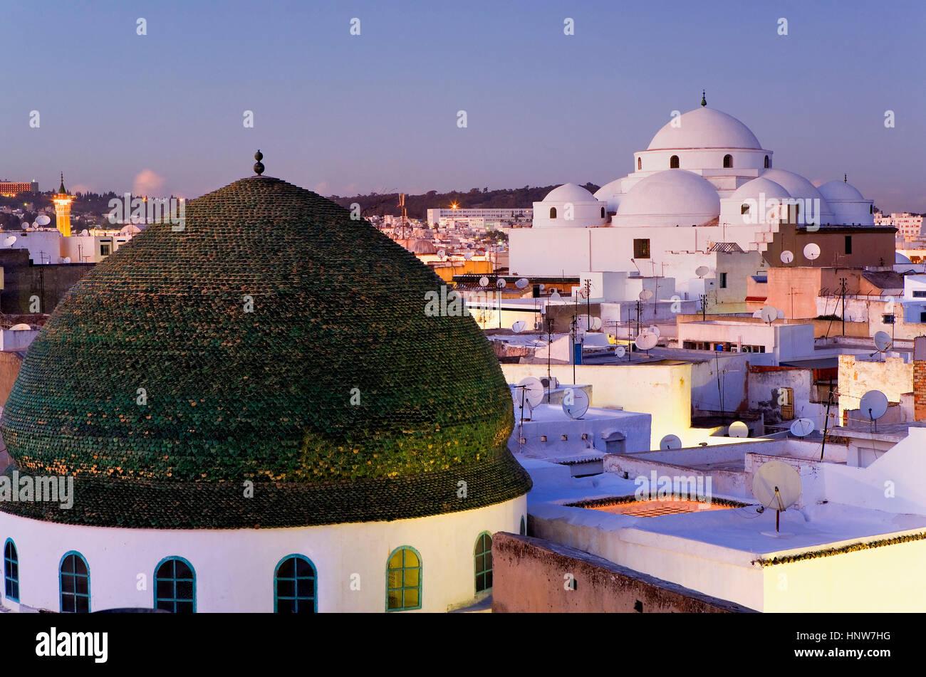Tunisia: città di Tunisi.skyline di Tunisi. a destra Sidi Mahrez moschea. a sinistra cupola di zaouia de Sidi Immagini Stock