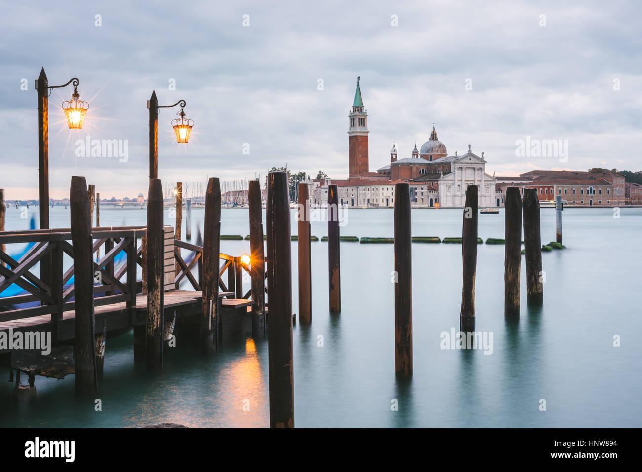 Pier in Grand Canal San Giorgio Maggiore isola in background, Venezia, Italia Immagini Stock