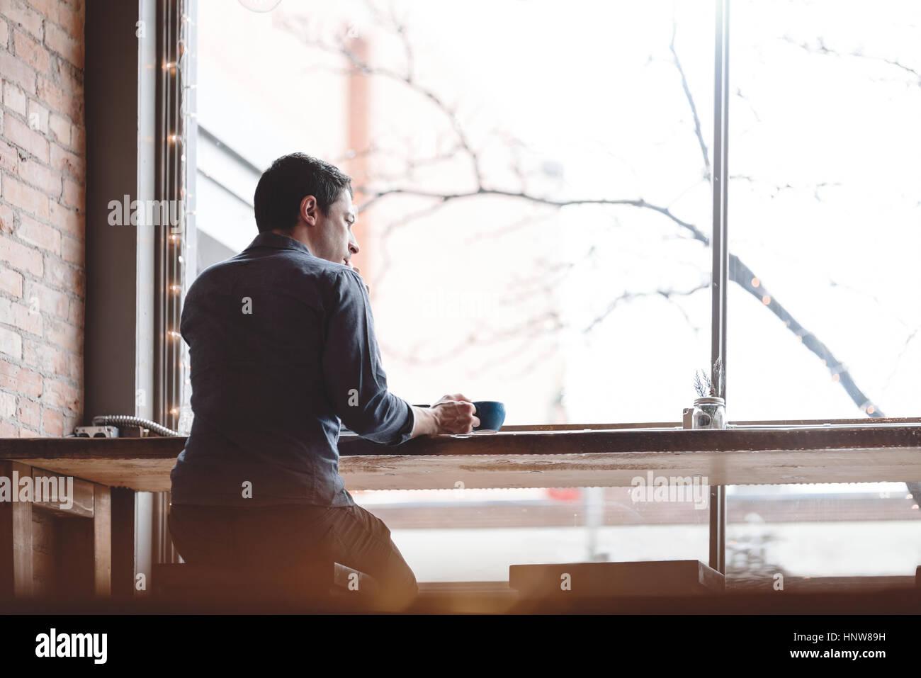 L uomo un caffè al caffè Immagini Stock