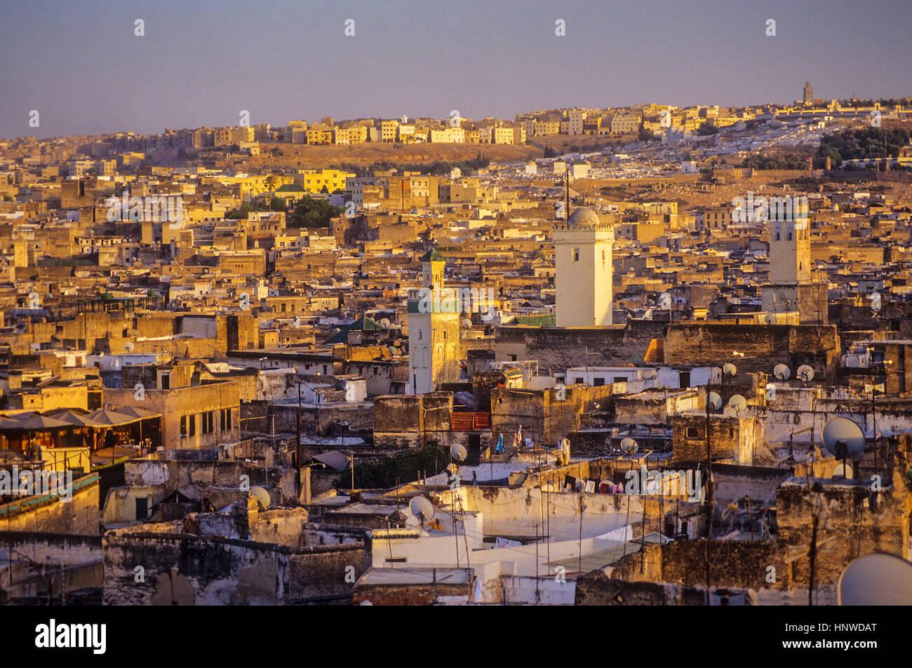 Tramonto, skyline. Vista sulla Medina, sito Patrimonio Mondiale dell'UNESCO, Fez, in Marocco, Africa. Immagini Stock