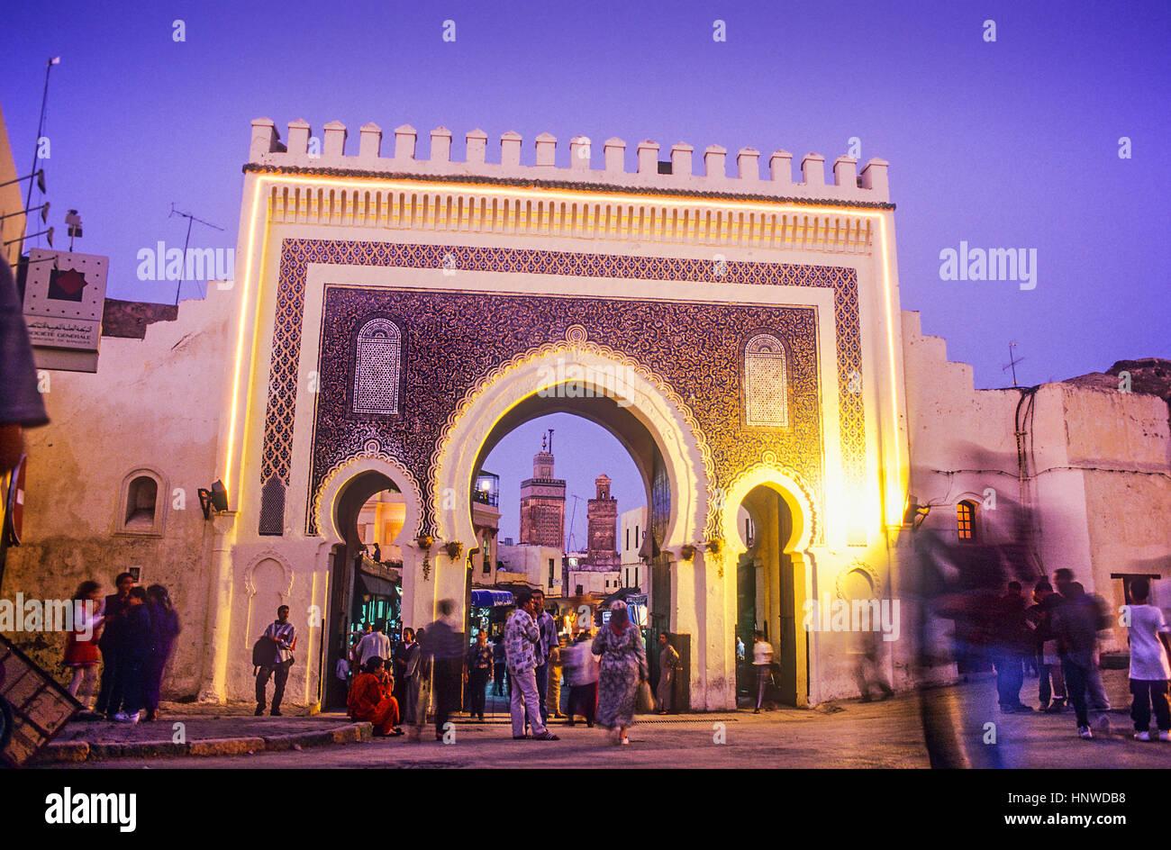 Bab Boujeloud, gateway attraverso il muro della città al centro storico della città o la Medina, sito Immagini Stock