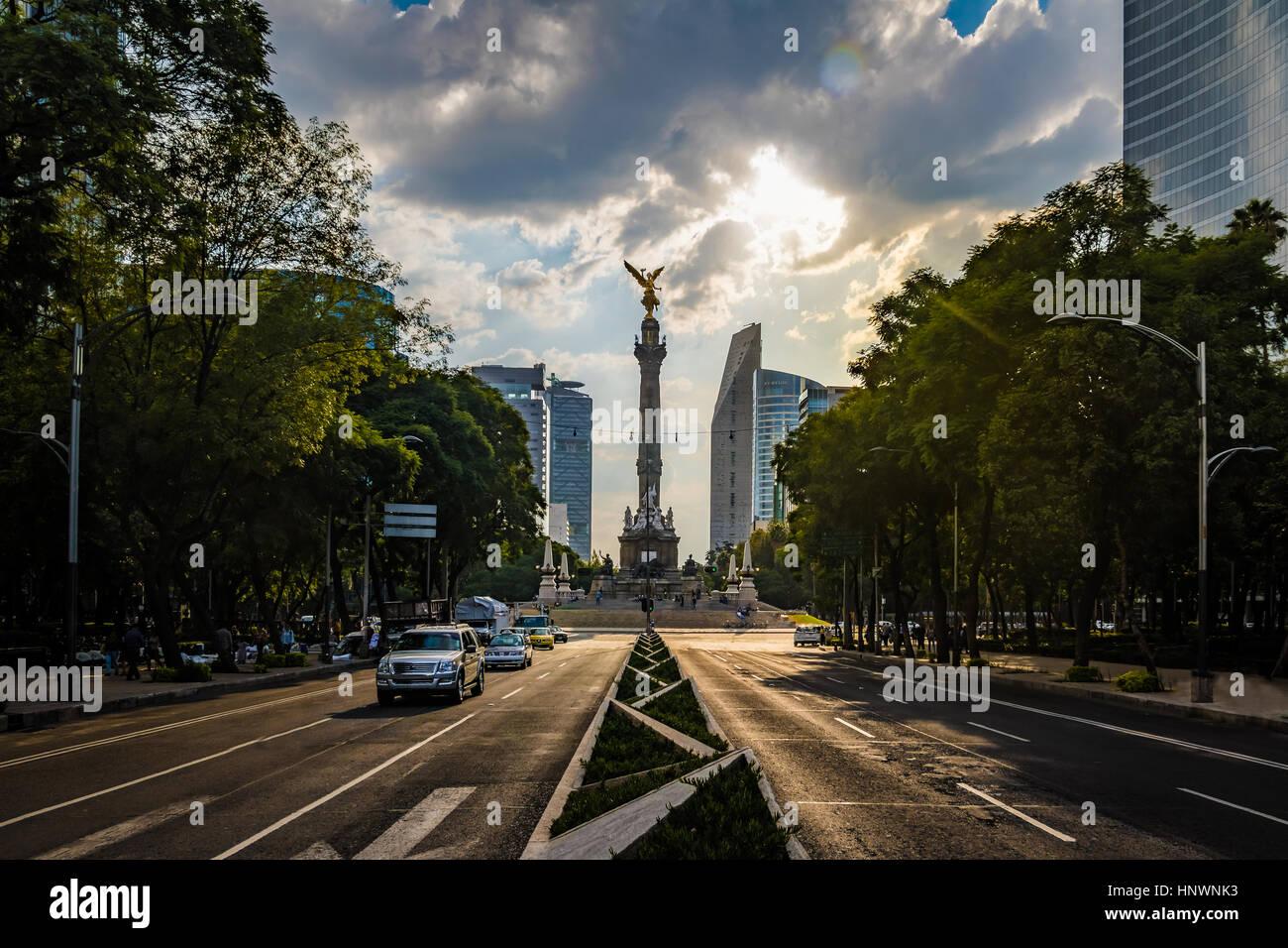 Paseo de la Reforma Avenue e l'Angel di indipendenza monumento - Città del Messico, Messico Immagini Stock