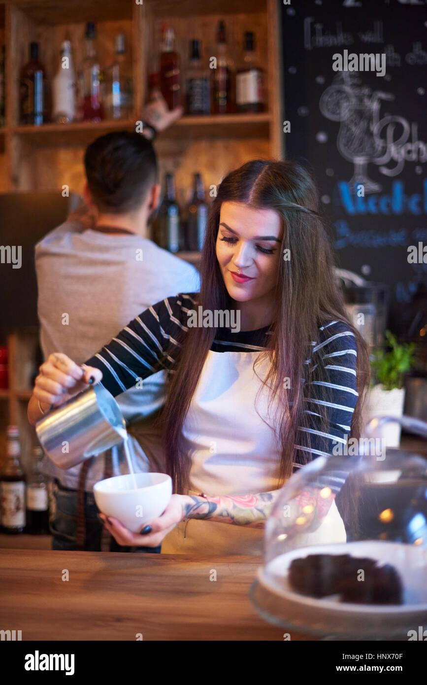 Barista bollitore per caffè Immagini Stock