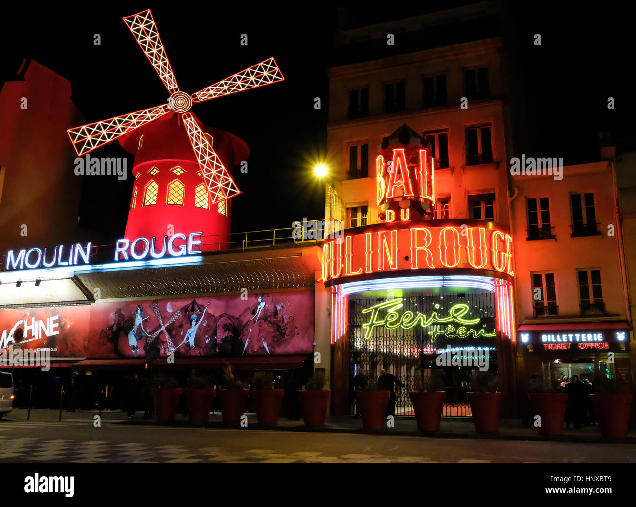 Moulin Rouge, francese per il rosso mulino, è un cabaret club nella zona di Pigalle di Parigi, Francia Immagini Stock