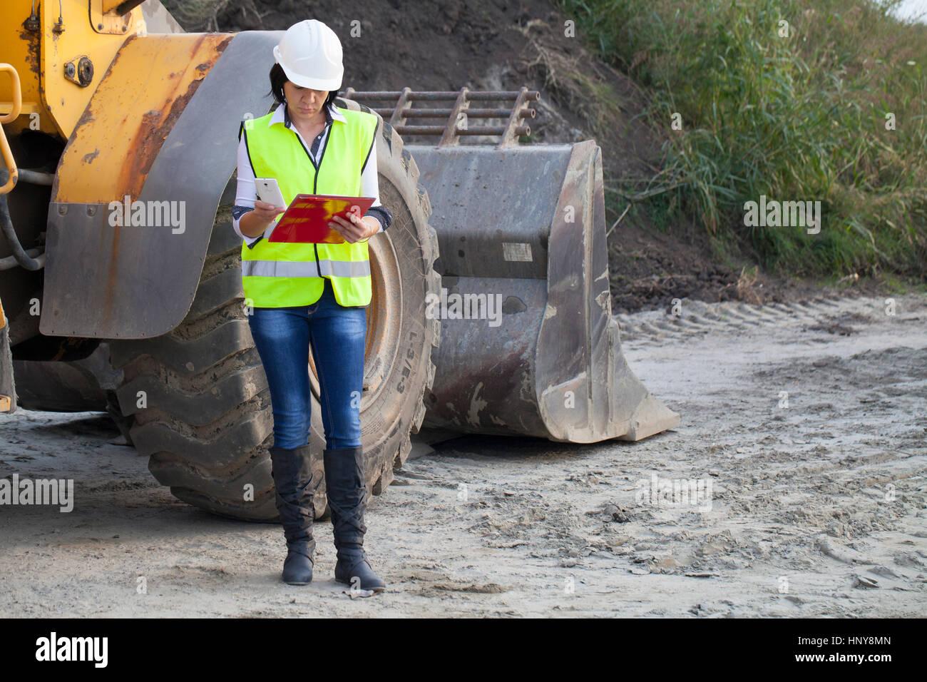 Donna tecnico su un sito in costruzione, messa a fuoco selettiva e piccole profondità di campo Immagini Stock