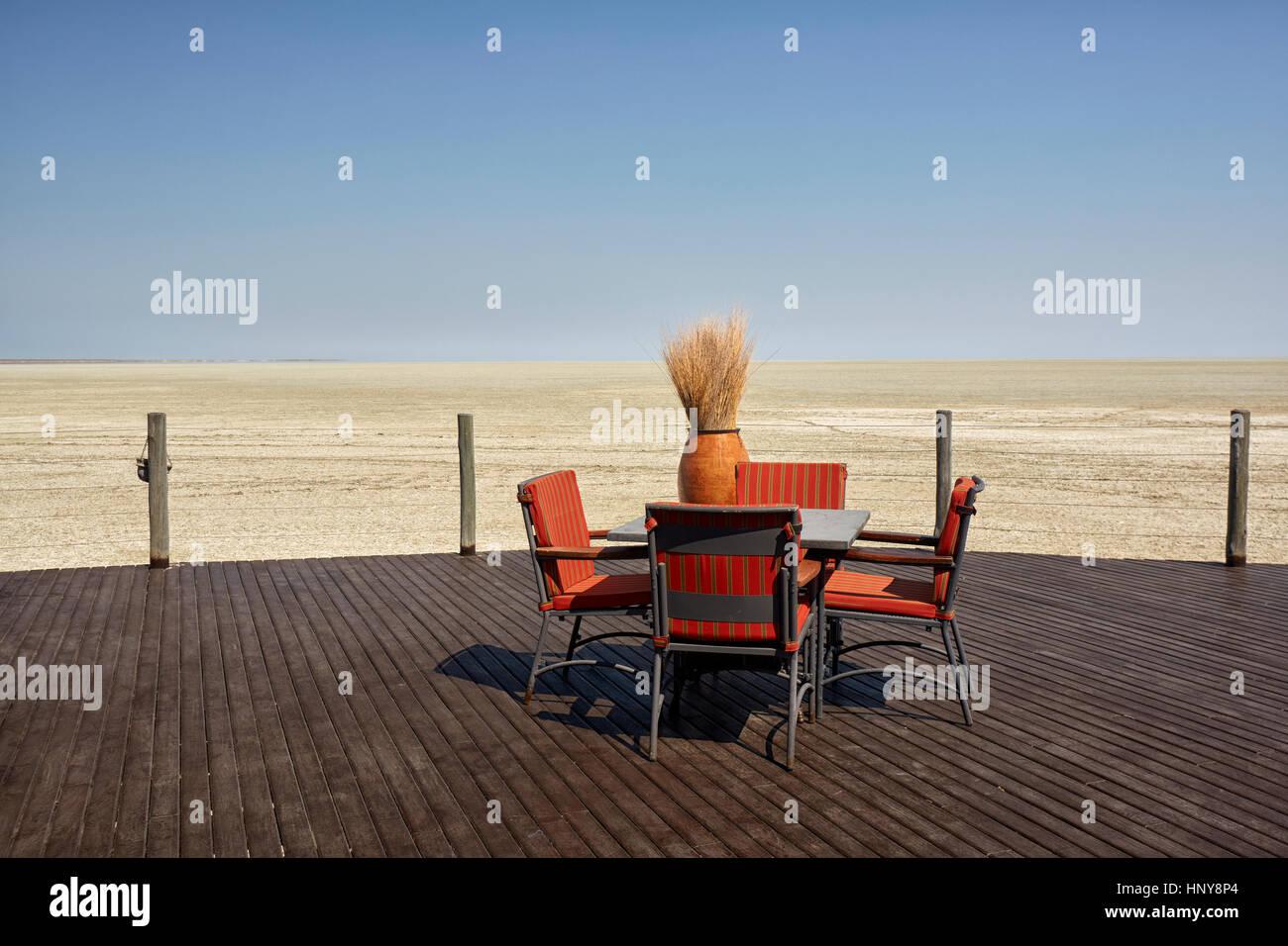 Outdoor seduto in Onkoshi camp ristorante, il Parco Nazionale di Etosha, Namibia, Africa Immagini Stock
