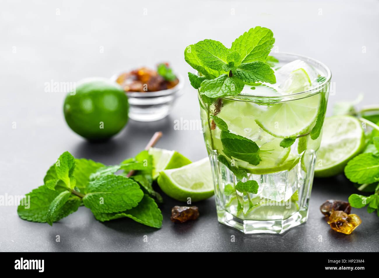 Il Mojito Cubano o caipirinha cocktail, bevanda ghiacciata con lime e menta Foto Stock