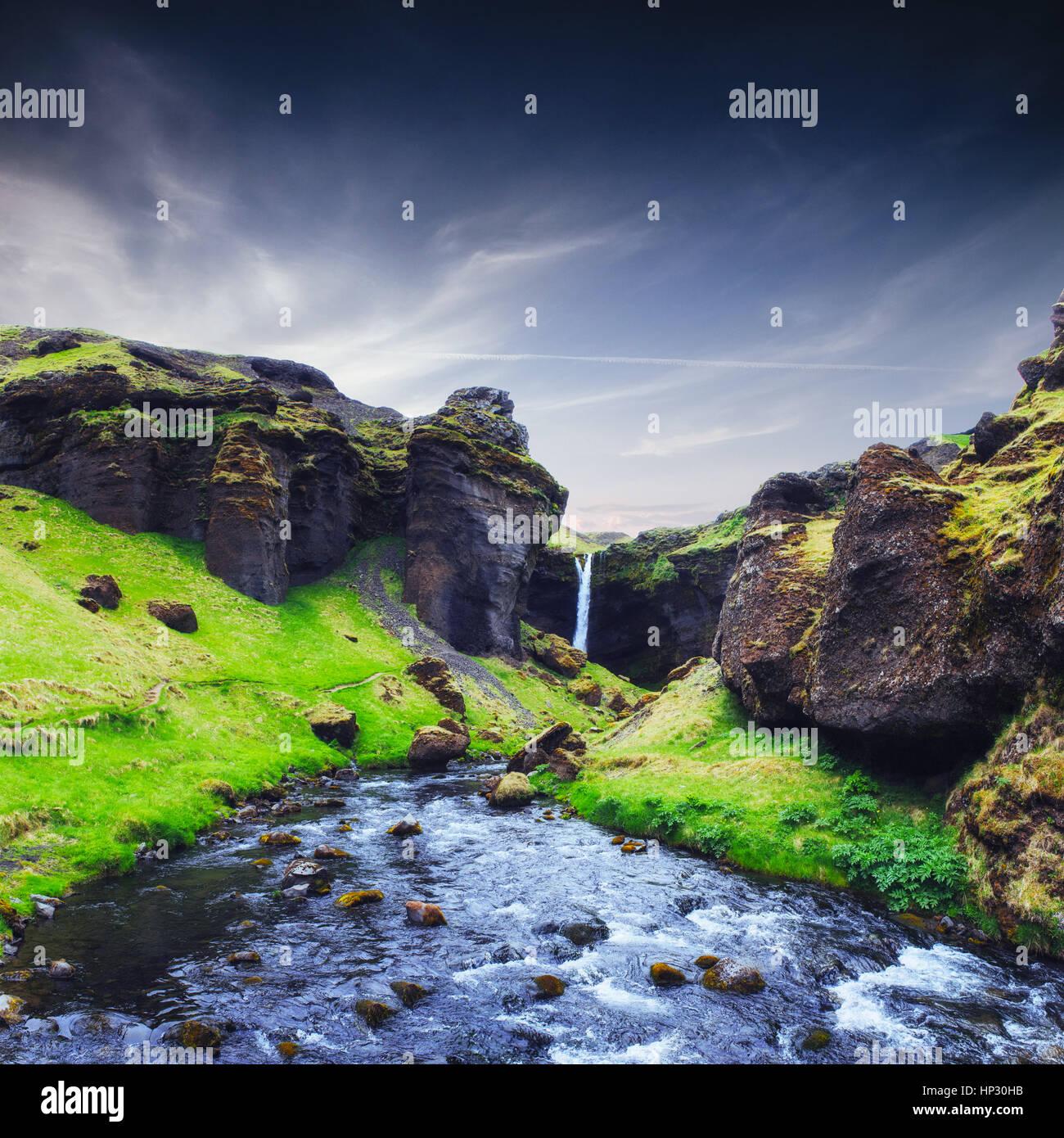 Un fantastico paesaggio di montagne e cascate in Islanda Foto Stock