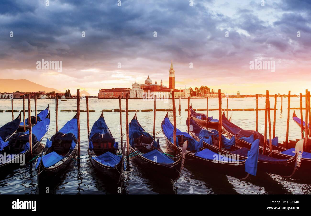 Panorama della città. Fantastiche vedute della gondola al tramonto, ormeggiata Immagini Stock