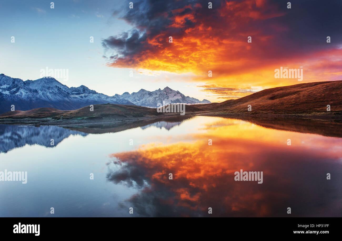 Tramonto sul lago di montagna Koruldi. Svaneti superiore, la Georgia, l'Europa. Immagini Stock
