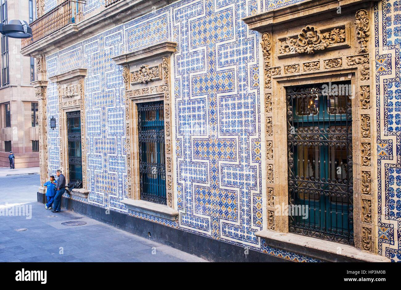 Scena di strada la facciata della casa de los azulejos casa di