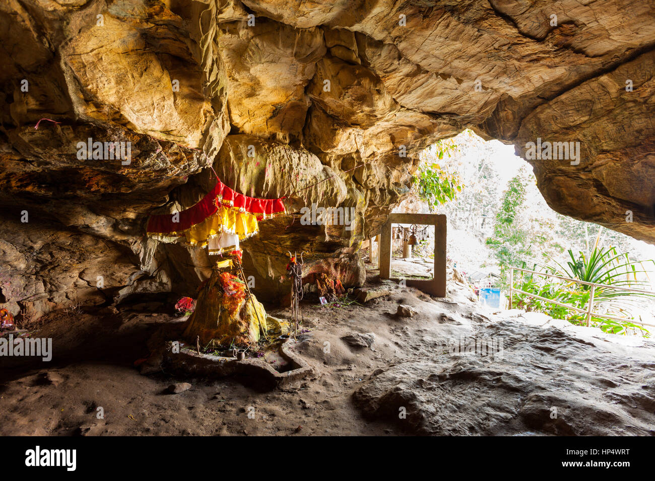 Santuario di shiva in entrata di siddha grotta (gufa), ha detto di essere la più grande grotta dell'Himalaya, Immagini Stock