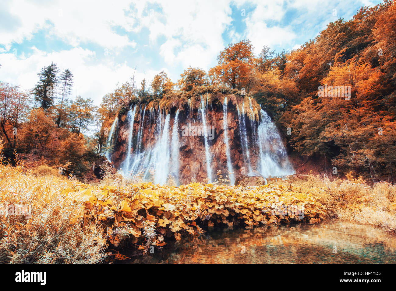 Fantastiche vedute delle cascate e acque turchesi una luce solare Immagini Stock