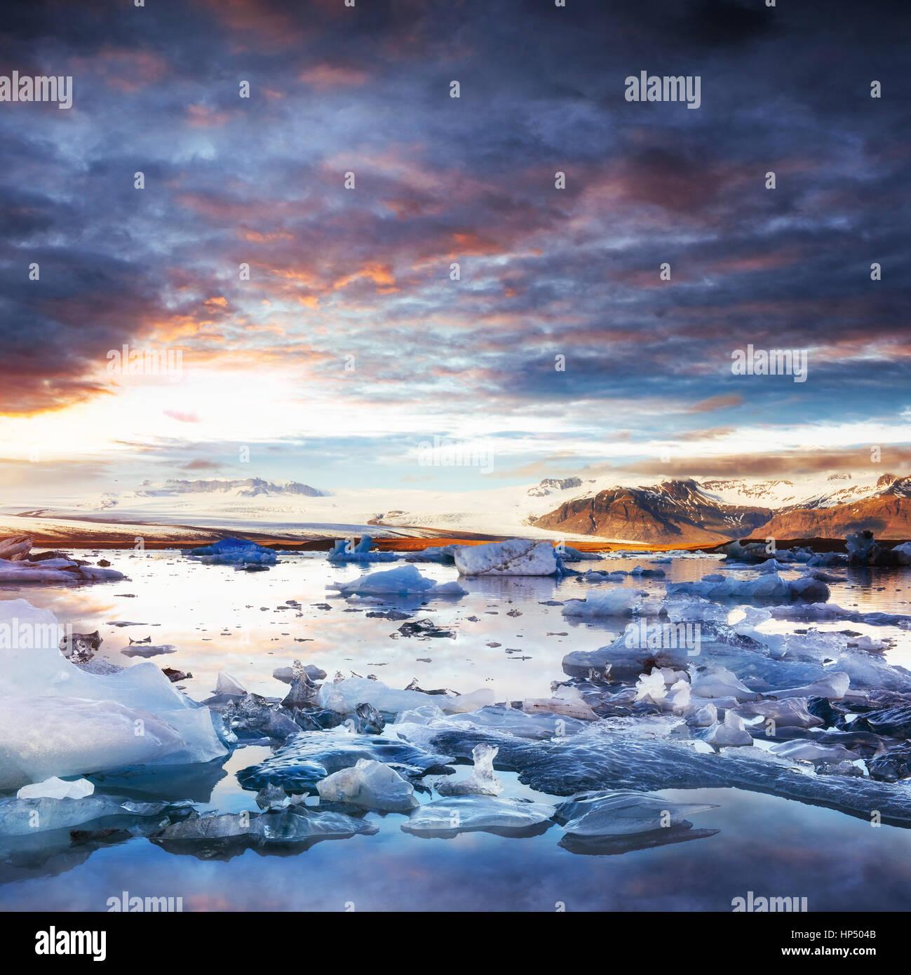 Jokulsarlon laguna glaciale, fantastico tramonto sulla spiaggia nera, Immagini Stock