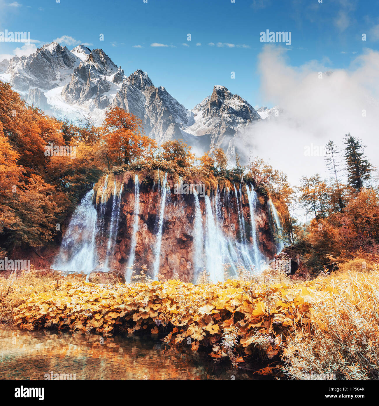 Vedute panoramiche dell'acqua turchese e dalla luce diretta dei raggi solari. Immagini Stock