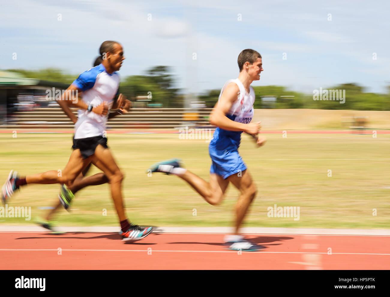 Cape Town, Sud Africa. 18 Febbraio, 2017. Oliver Stewart di Atlantic Athletic Club nella mens 3000m durante la seconda Foto Stock
