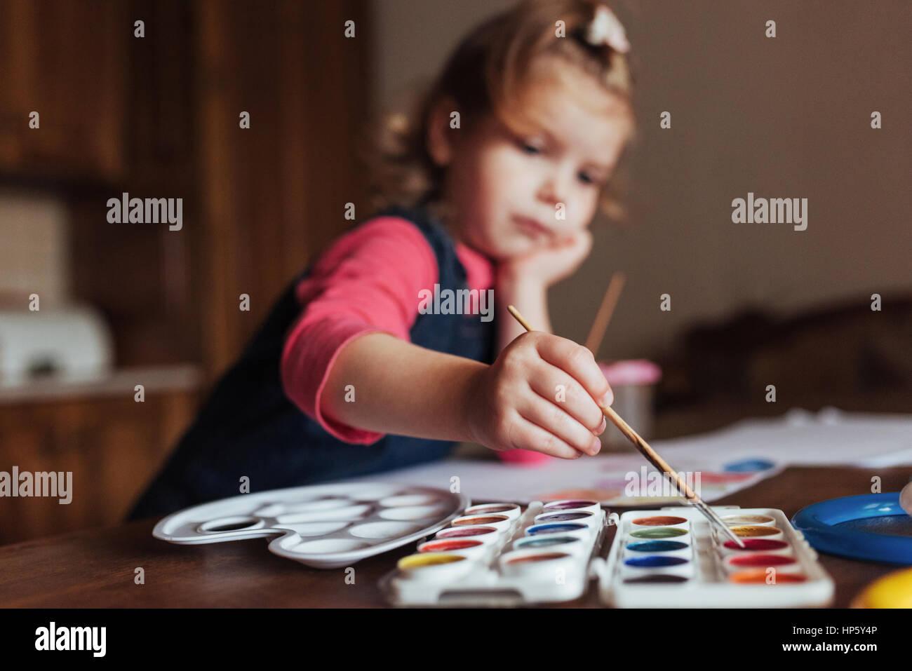 Carino felice bambina, adorabile preschooler, pittura con wate Immagini Stock