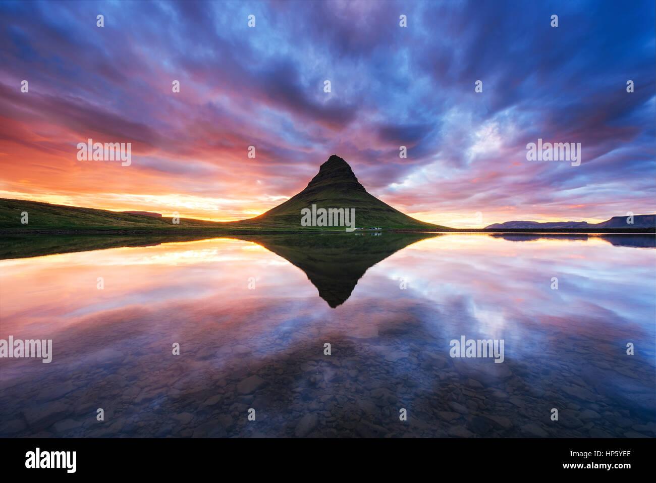 Il pittoresco tramonto su paesaggi e cascate. Kirkjufel Immagini Stock