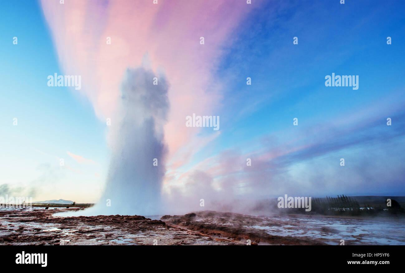 Strokkur geyser eruzione in Islanda. Colori fantastici passante shine Immagini Stock