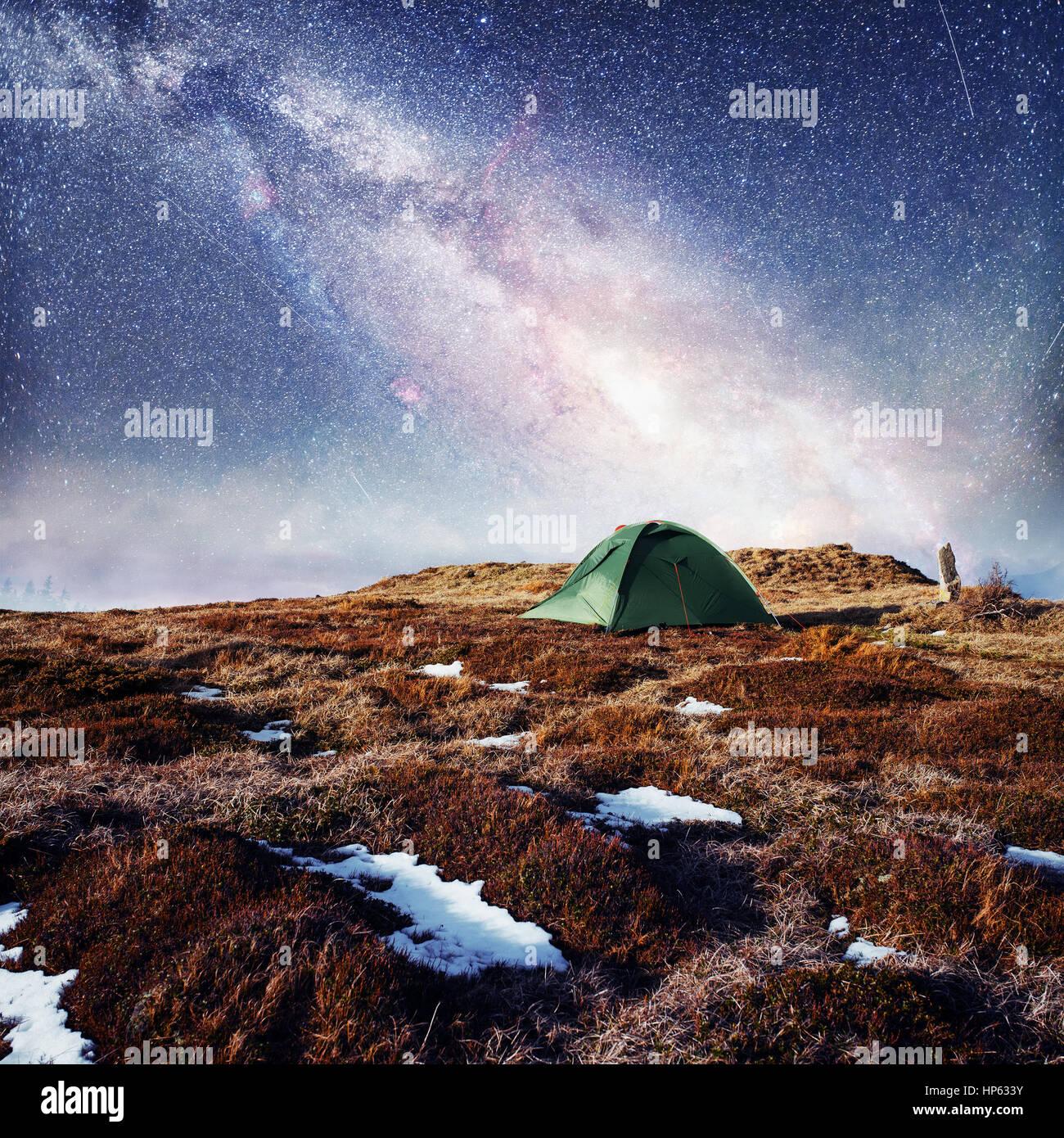 Il cielo stellato sopra la tenda in montagna. Magic evento in f Immagini Stock
