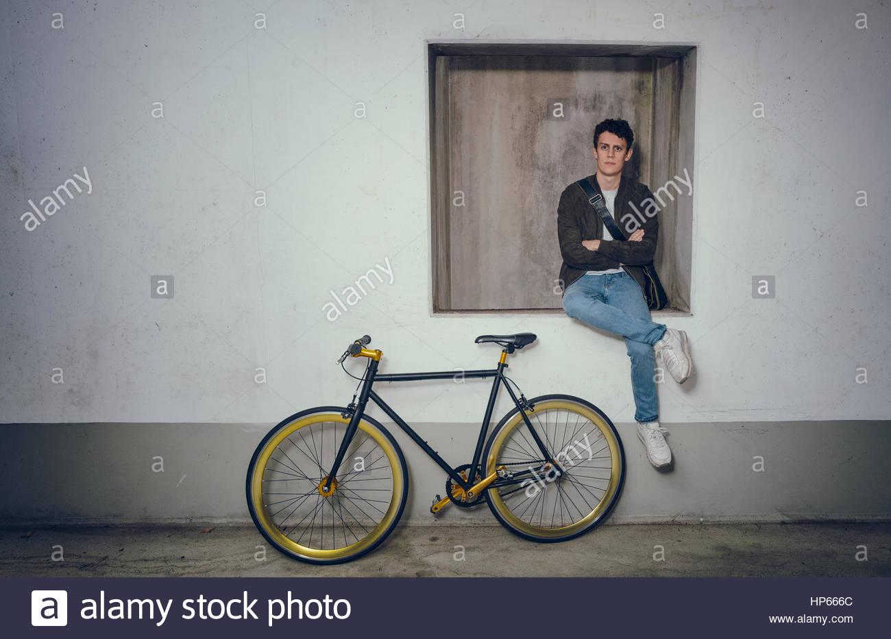 0c511ebc99de79 Giovane uomo cool in posa fixie bicicletta Hipster trendy Foto ...